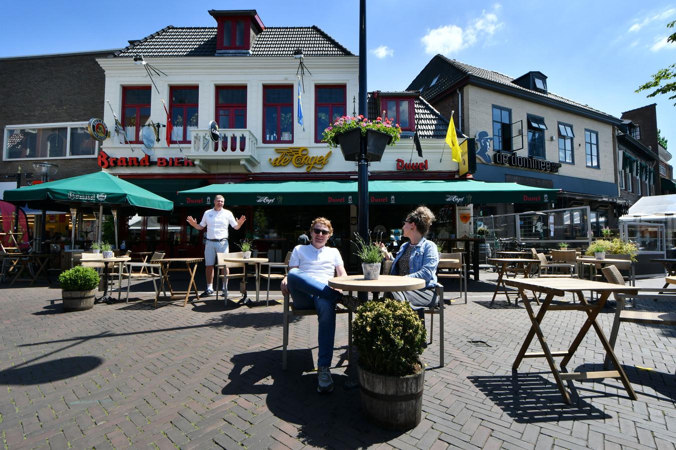 Ties Boet en Janneke De Sousa uit Oldenzaal op het 1,5 meterterras. Op de achtergrond Bas Boerrigter, de uitbater van het café De Engel.