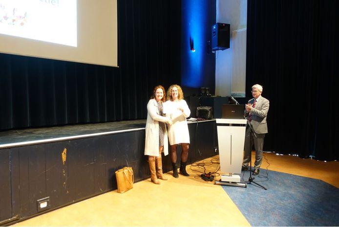 Maandag werden twee cheques overhandigd op de school in Den Bosch.
