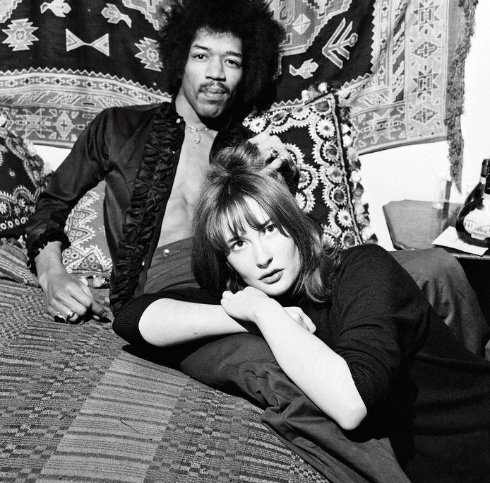 Jimi Hendrix met z'n toenmalige vriendin Kathy Etchingham. Story brengt een portret van de muzikant, die 50 jaar geleden overleed.