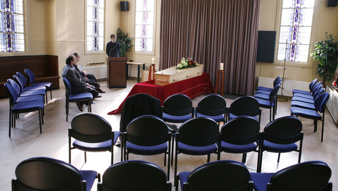 Als er geen familie is die een begrafenis kan of wil betalen, regelt de gemeente de uitvaart. Uit respect voor de overledene bewijzen ambtenaren de laatste eer. FOTO JORGEN CARIS