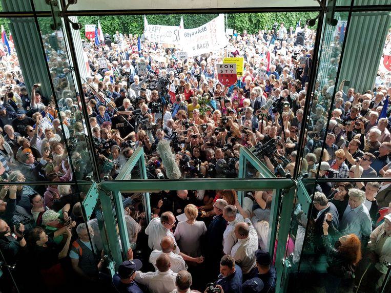 Opperrechter Malgorzata Gersdorf spreekt supporters en de media toe, voordat zij het hooggerechtshof in Warschau betreedt.  Beeld Reuters