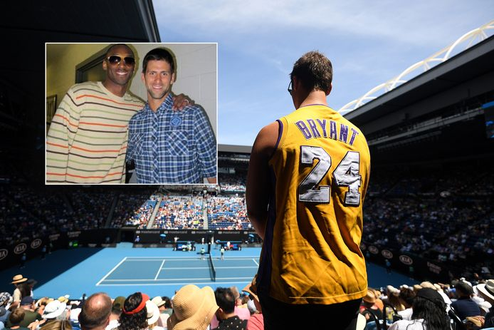 Een fan van Los Angeles Lakers poseert tijdens de partij Simona Halep-Elise Mertens met een shirt van Kobe Bryant. Inzet: Djokovic en Bryant.