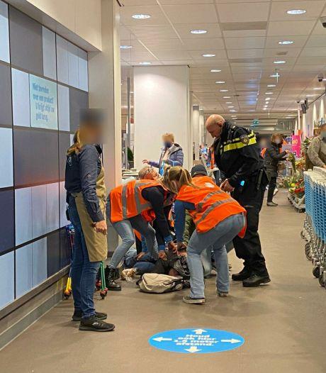 Personeel supermarkt en omstanders overmeesteren agressieve, bijtende winkeldief in Velp