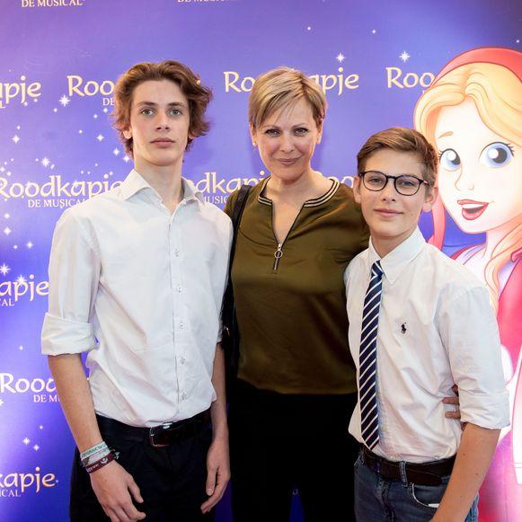 Ex-fotomodel Dagmar Liekens met zonen Storm en Arvid. Zij speelde in het verleden al eens moeder van Roodkapje in de gelijknamige musical.