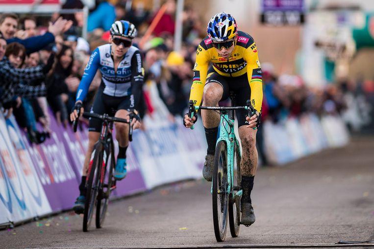 Vermeersch (l.) werd geklopt door Van Aert in de sprint voor de vijfde plaats.