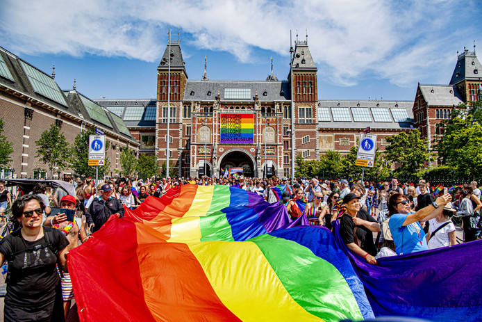 Deelnemers aan de Pride Walk bij het Rijksmuseum, op de eerste dag van het negen dagen durende festival Pride Amsterdam 2019