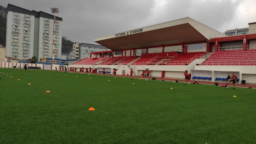 Het Victoria Stadion in Gibraltar, waar alle wedstrijden uit de nationale competitie worden gespeeld.