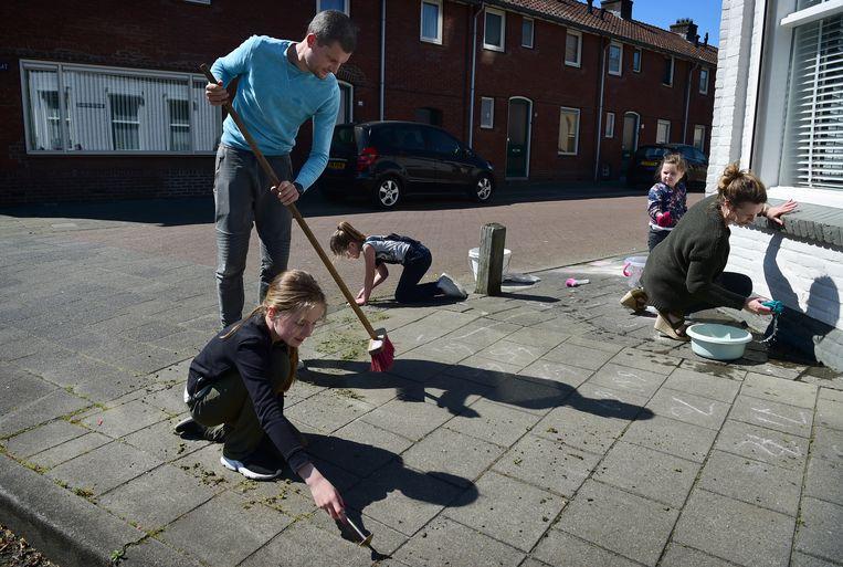 Een jong gezin verdrijft de tijd in Boxtel. Vanaf 11 mei mogen kinderen in het basisonderwijs weer naar school. Beeld Marcel van den Bergh / de Volkskrant