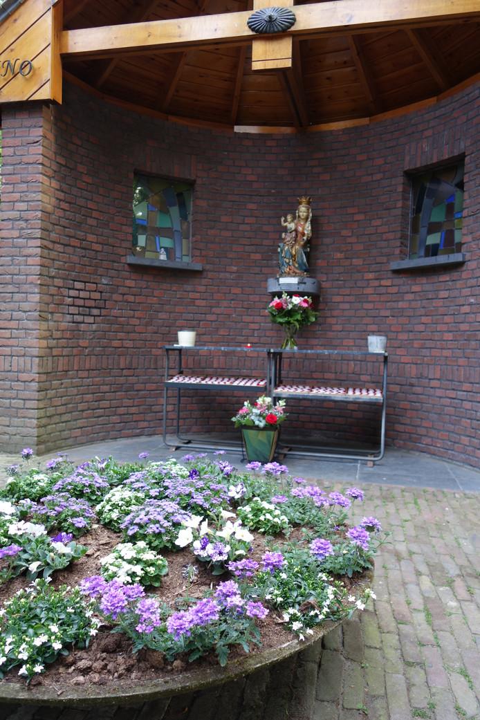 Kapel in de vrouwentuin van de trappistenabdij, waaruit het Mariabeeld is gestolen