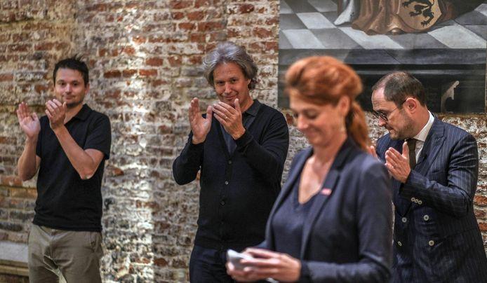Ruth Vandenberghe, met op de achtergrond (vlnr) schepenen Arne Vandendriessche en Wout Maddens en vicepremier en minister van Justitie Vincent Van Quickenborne