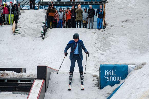 Burgemeester Bart De Wever opent Rail 'n Snow met een knappe afdaling in maatpak.