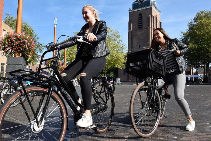 Fietsers op het Kerkplein. Het fietsverbod zou niet duidelijk zijn.