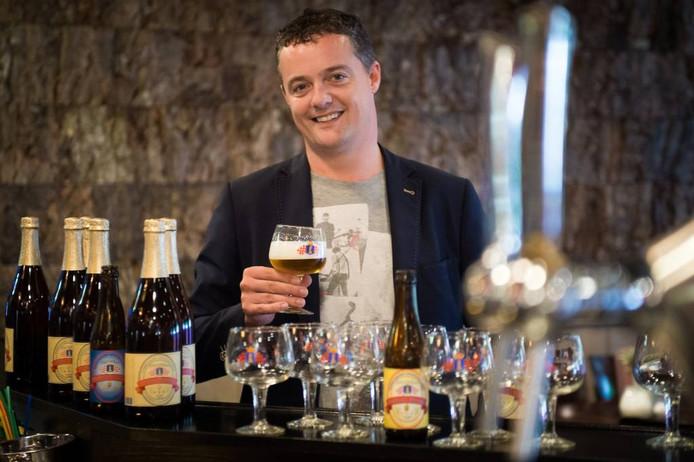 René Schokker heft een glas met zijn Traais Trippeltje. Luisteraars van de zender Radio 8FM vinden deze tripel het lekkerste biertje van Brabant. foto René Schotanus/pix4profs