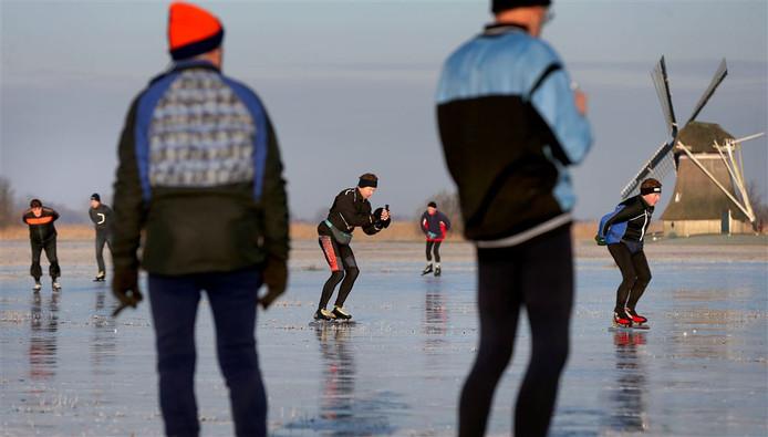 Archiefbeeld: Schaatsers op het ijs in de Ryptsjerksterpolder in Friesland eerder deze maand.
