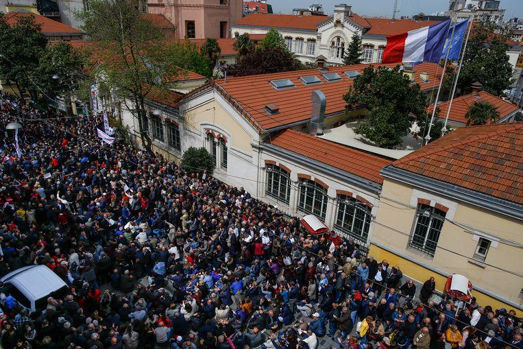 Honderden mensen protesteerden gisteren in Istanboel tegen een verlenging van de noodtoestand.