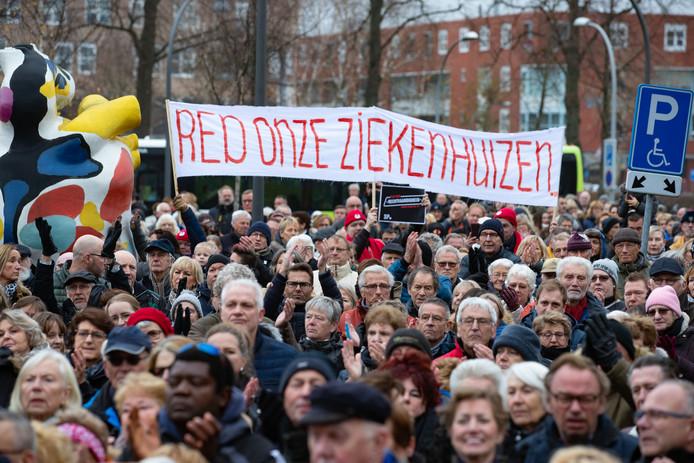 Foto archief - Protestactie/manifestatie voor een goede en volwaardige ziekenhuisvoorziening in Lelystad. Honderden demonstranten 'omarmden' het ziekenhuis.