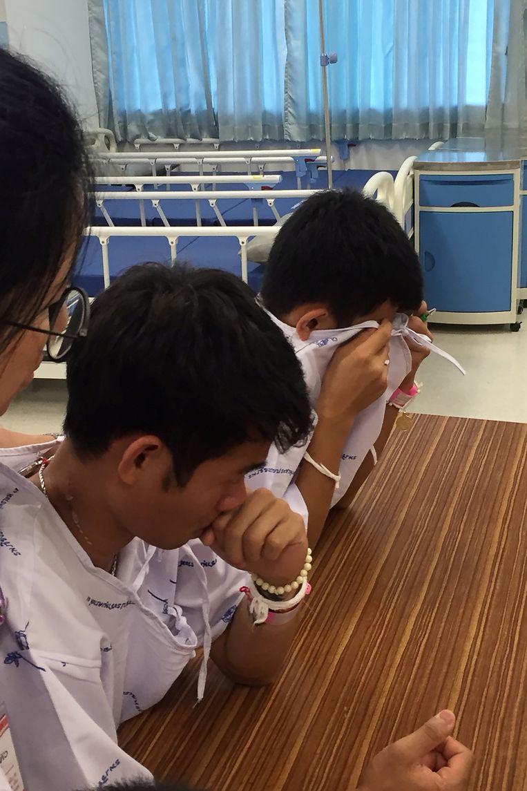 De jongens en hun coach barstten in tranen uit na het vernemen van het trieste nieuws.