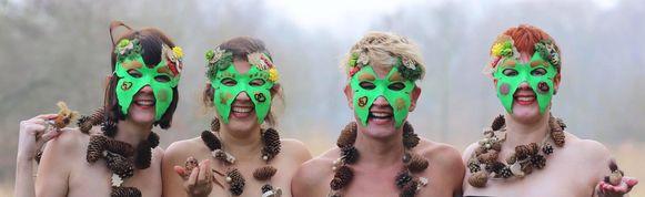 Op hun eerste foto droegen de Callgirls for Nature nog een masker, om mensen nieuwsgierig te maken.