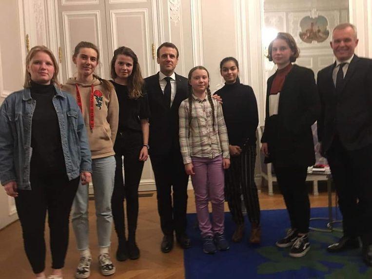 De Franse president Macron ontving het Zweedse klimaatmeisje Greta Thunberg (rechts naar Macron) en een delegatie van Youth for Climate, onder wie Anuna De Wever (tweede van rechts) en Kyra Gantois (eerste van links).