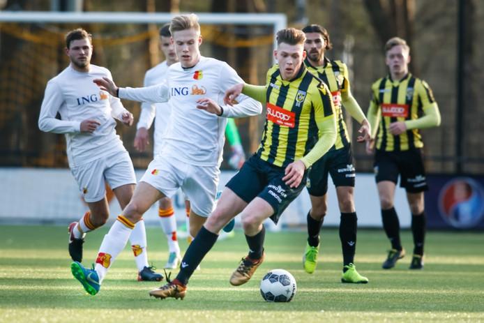 Julian Calor in actie in de thuiswedstrijd tegen Be Quick 1887. Hij speelde zijn laatste duel voor Jong Vitesse, volgend seizoen speelt hij met Cambuur L in de eerste divisie.