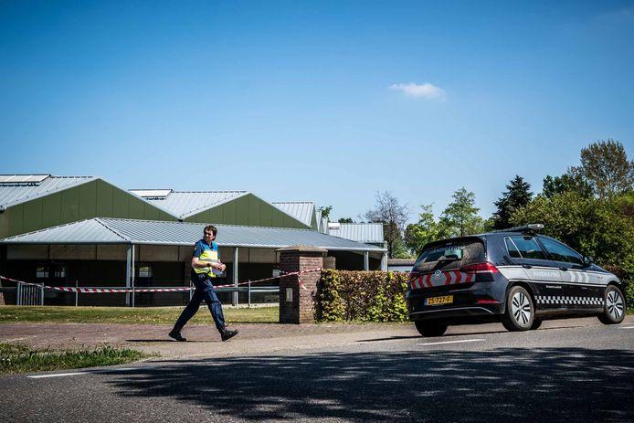 Linten bij een nertsenhouderij in Nederland. De boerderij werd gesloten nadat bleek dat dieren besmet waren geraakt met het coronavirus.
