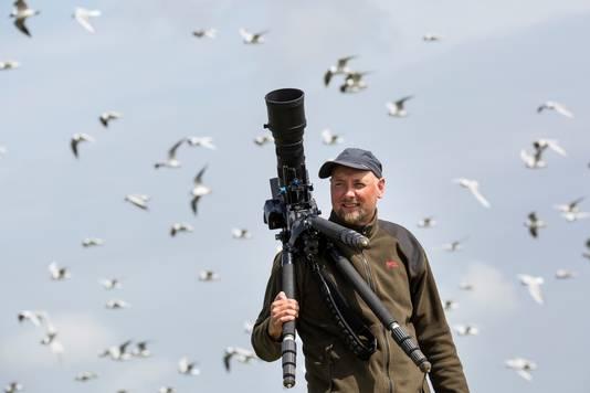 Ecoloog Ruben Smit filmt op de zandplaat Richel, waar honderden grijze zeehonden leven.