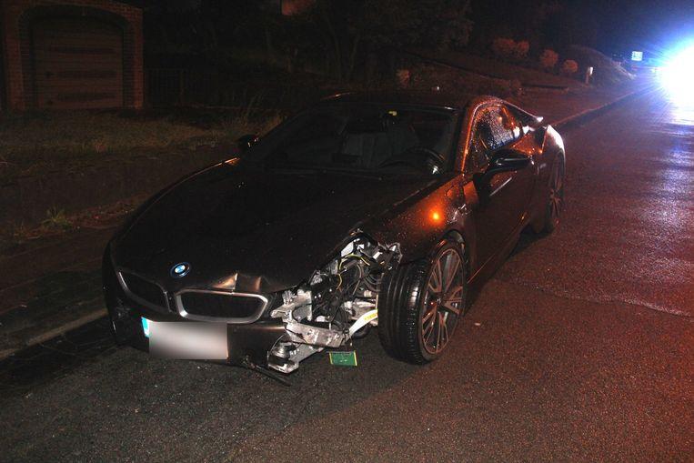 De BMW i8 werd achtergelaten langs de kant van de weg in de Overimpestraat.
