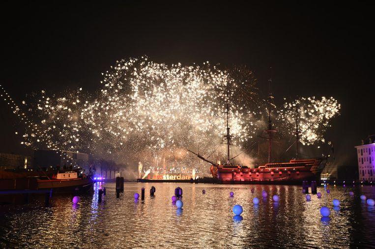 Laat de huisfeestjes even voor wat ze zijn en kom met open mond kijken naar het officiële, Amsterdamse vuurwerk. Beeld anp