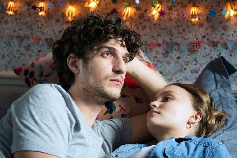 Antiheld Abel (Louis Garrel) en de verliefde tiener Eve (Lily-Rose Depp). Beeld -