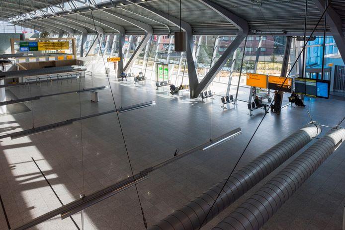 De terminal van Eindhoven Airport is uitgestorven. Op twee na zijn ook alle winkels gesloten.