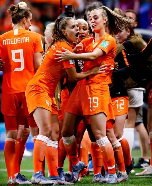 Lieke Martens heeft net de 2-1 gemaakt, maar voelt ook weer pijn aan haar teen.