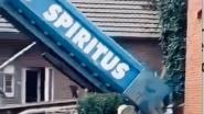 """""""Ah, u betaalt niet?"""": man denkt container vol afval gratis terug te sturen, bedrijf kiepert inhoud gewoon op zijn oprit"""