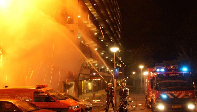 Er is een brand geweest in de molenwijk te Amsterdam. De vuilnishoop naast een flat werd aangestoken en het vuur sloeg rond half 4 vannacht over op de flat. Foto Tim Schurink Beeld