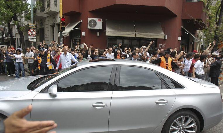 President Kirchner verlaat het ziekenhuis in Buenos Aires. Een paar honderd aanhangers juichen haar toe. Beeld epa
