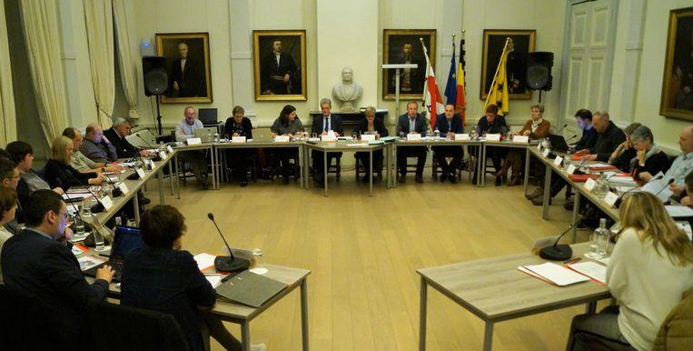 De nieuwe gemeenteraad van Tielt. Centraal zien we het schepencollege. Links zitten de raadsleden van CD&V, Iedereen Tielt en Groen, rechts de raadsleden van oppositiepartijen N-VA, Open Vld en sp.a.