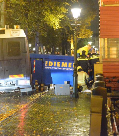 Man zwaargewond doordat ME-busje tegen bouwcontainer rijdt