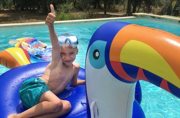 De 6-jarige Vic kwam een jaar geleden om het leven toen hij gekneld raakte in een zwembadfilter. Het onderzoek is intussen afgesloten, niemand treft schuld.