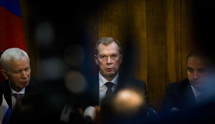 De Russische ambassadeur Sjoelkin (midden) woensdagavond in de ambassade in Den Haag. ANP BART MAAT