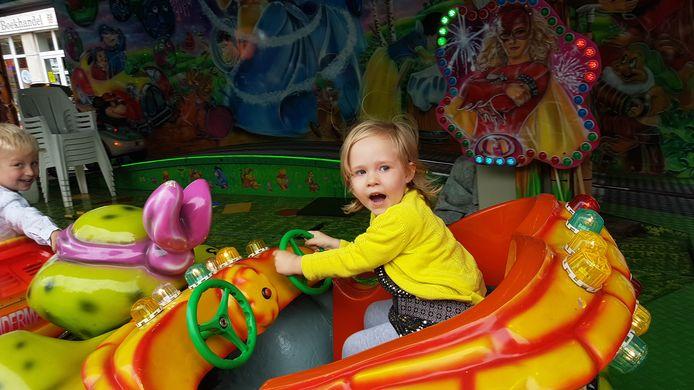 De kindjes hadden ook veel plezier op de kermis. Kleine Lise geniet van een ritje op een van de vele molentjes.