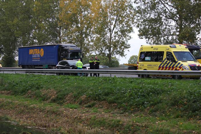 De beschadigde auto op de A12 bij Zevenaar.