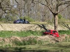 Auto belandt onder aan de dijk na botsing in Dordrecht