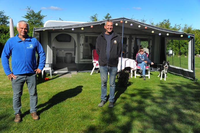 De minicampinghouders  Adrie Boogaard en rechts Pieter Marinissen pleitten onlangs voor het toestaan van winterkamperen. De Veerse gemeenteraad wil dat voor één seizoen doen.