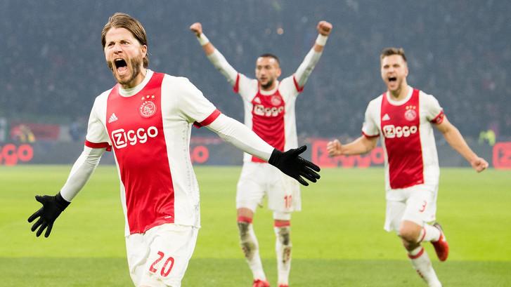 Ajax dendert over PSV heen en houdt titelstrijd spannend