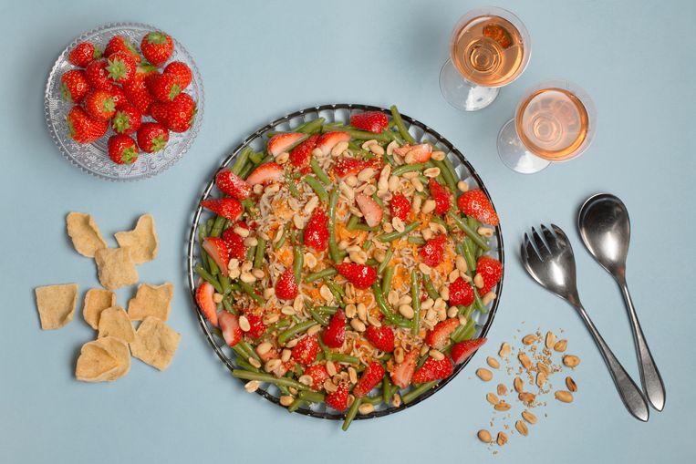 Maaltijdsalade met sperziebonen, pinda's en aardbeien. Beeld Annabel Miedema