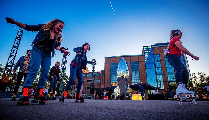 De Silent Rollerskate Disco op het Energieplein gaat volgens de evenementenkalender van de gemeente dit jaar wél gewoon door.