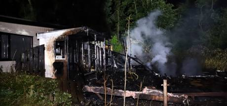 Chalet verwoest door brand op camping in Kesteren, tweede zwaar beschadigd