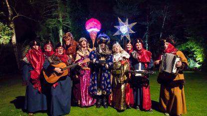 Groep volwassenen houdt het zingen bij Driekoningen in ere