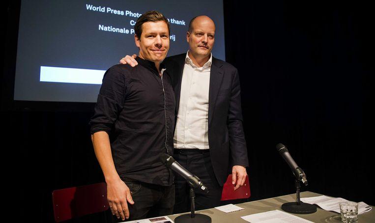 Lars Boering (r.), directeur van World Press Photo, met de Deense fotograaf Mans Nissen (l.). Die won de prijs voor Beste Persfoto met een intieme foto van een homokoppel in Sint-Petersburg.