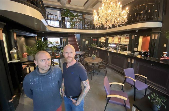 Tijl Depoortere en Lex Vlooswijk, in hun nieuwe eetcafé Jazz in de Jan Persijnstraat. Waar nu een takeaway opent.
