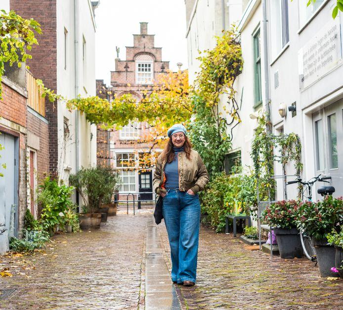 """Helen Hietbrink: ,,Toevallig, daardoor liepen we ook door dit mooie groene straatje, houd ik me in coronatijd veel meer bezig met de omgeving."""""""